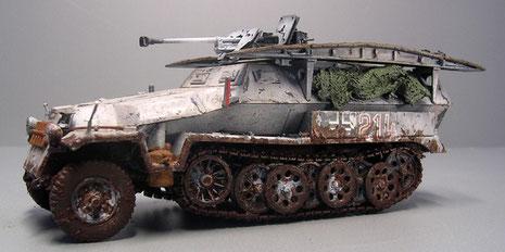 SdKfz 251/7 in Wintertarnausführung (Ostfront 1942) mit zusätzlicher 2,8cm Panzerbüchse.