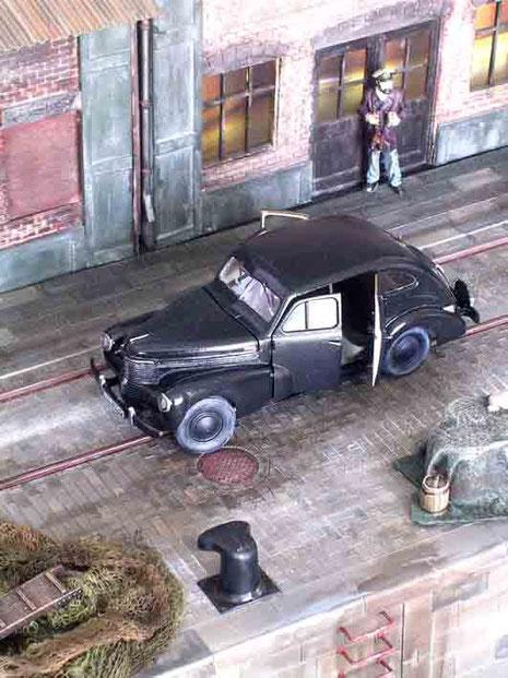 Der Opel Kapitän ist in seiner finalen Umgebung angekommen und wartet auf Fahrer und Offiziere...
