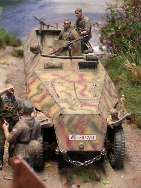 """Hier ist der einzige historische """"Fehler"""" im Diorama: das Kennzeichen des SdKfz.251-es zeigt ein Heereskennzeichen."""