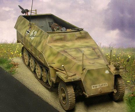 Peilstäbe am Fahrzeug-Bug ermöglichen die Entfernungsmessung für den Granatwerfer.