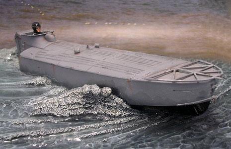 Die Sprengladung befand sich unter den beiden Entlüftern in der Bootsmitte.