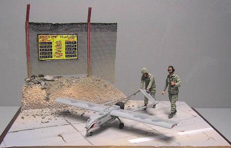Die GI's schieben die Drohne zum Einsatz auf ein Stück abgesperrte Straße als Startbahn.
