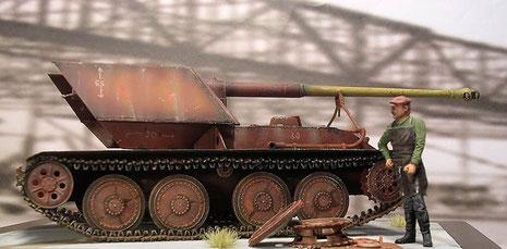 Hier sind man den großen Überhang des Kalibers 71 der Pak 43 und die dafür benötigte Rohrstütze vorn..