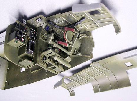 Der fertige Arbeitsplatz des Radarbeobachters-leichtes Drybrushing bringt die Spantenstruktur zum Vorschein.