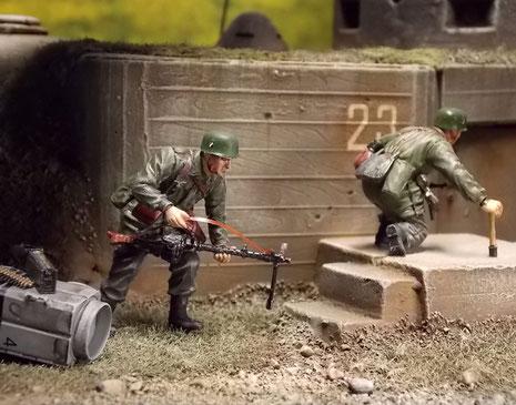 Schon stürmen die leicht bewaffenten Fallschirmjäger an die Bunkereingänge, um die Sprengladungen zu befestigen.