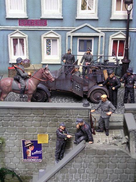 In der engen Straße vor dem Haus haben sich eine Funkstabsstelle und einige Panzersoldaten nach dem Einmarsch versammelt.