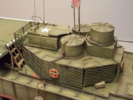 Brückenaufbau jetzt mit Rettungsringen, US-Stern und den drei gepanzerten MG-Türmen.