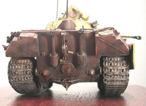 Hier sieht man die breiten Pantherketten an dem verhältnismäßig kleinen Chassis überdeutlich. Auch an der Rückwanne ist alles Panther-Serie. Eine zusätzliche Abschleppvorrichtungen wurde am Unterrumpf angeschweisst.