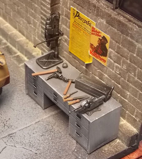 Der Arbeitstisch mit dem Bohrer und Fräsbank.
