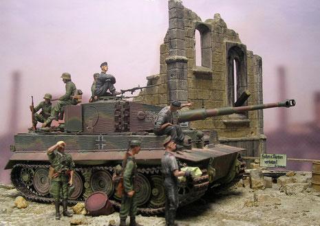 Begleitende Soldaten sichern das wertvolle Fahrzeug ab.