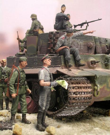 Die Besatzung sucht nach der Front. Beachte die gestufte, und verbriefte schwarz-weiße Panzernummer auf dem Turm.