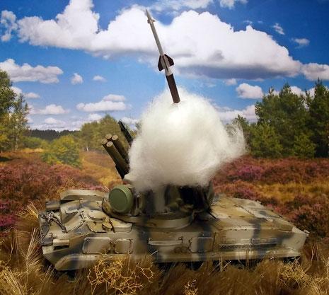 Mit einer großen Abschusswolke verlässt die Rakete den Behälter.