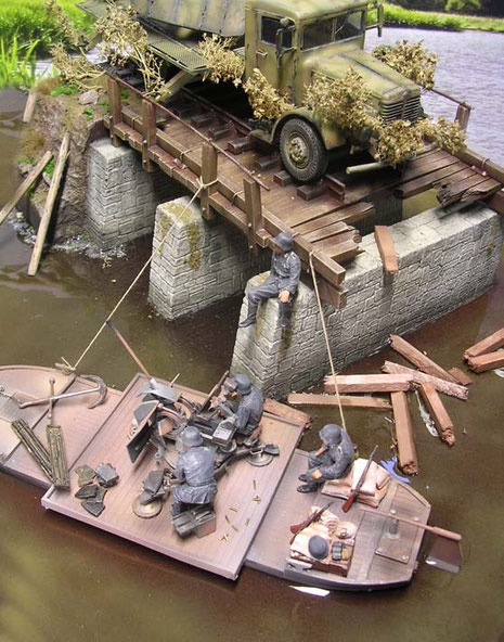 Die flache Barke ist an der Brückenruine vertäut worden.