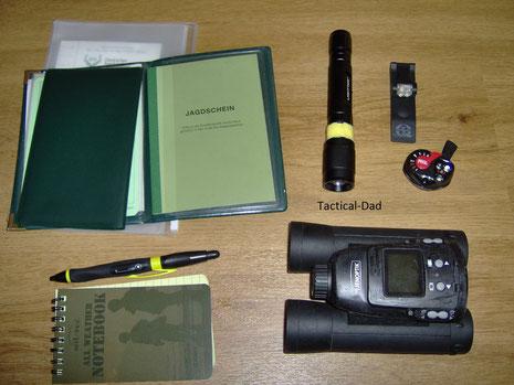 Oben links ist eine wasserdichte Tasche mit allen nötigen Unterlagen (Jagdschein, WBK, Waffenleihscheine, Schalldämpfer Genehmigung...) und das Tagebuch. Unten links ein Wasserfester Notizblock.
