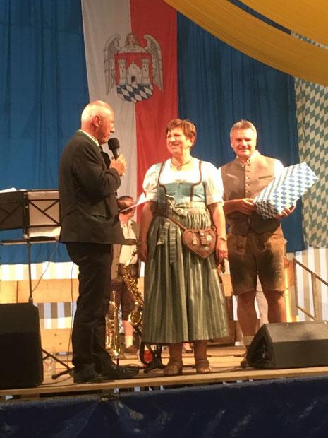 """Am """"Ehrenamtsamtstag"""" wurde die Vorsitzende der Liedertafel Frau Susanne Fischer, für langjähriges engagiertes  AAusüben  ihres Amtes, von der Gemeinde Geisenhausen und Landrat Dreier mit einem Geschenk geehrt!"""