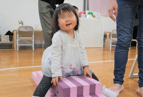 1歳児がモンテッソーリの個別活動で、階段の上がり下がりの活動を3ヵ月続けました。