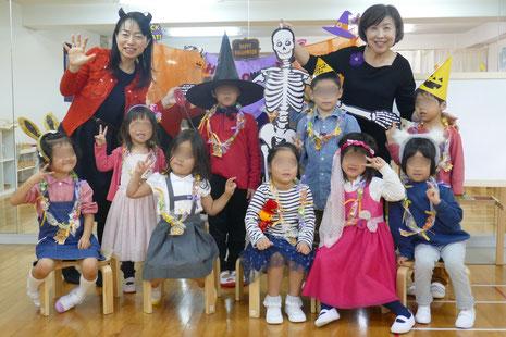 幼稚園児クラスでハロウィンにちなんだ活動を行いました。みんなで集合して、笑顔でハイチーズ。仮装が素敵です。