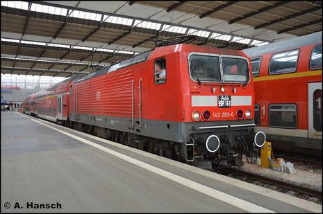 """Der 11. Juni 2016 war der letzte Betriebstag der BR 143 in Chemnitz. Entsprechend schmückten einige Personale ihre Loks. An 143 283-0 wurde ein """"Adé BR 143""""-Schild angebracht. In Chemnitz Hbf. wartet sie auf Ausfahrt als RB45 gen Elsterwerda"""