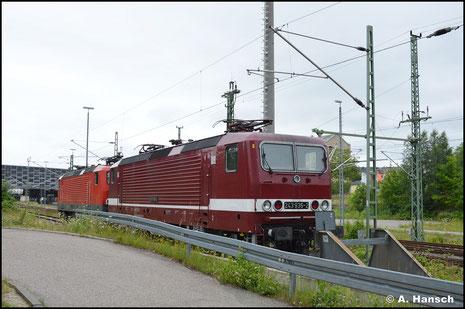 Am 19. Juli 2021 gehört die Lok der EBS und wurde wieder ins Farbschema der DR zurückversetzt. Hinter 143 848-0 ist die Lok in Chemnitz Hbf. abgestellt