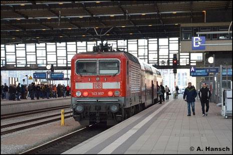 143 957-9 schiebt am 2. April 2016 die RB nach Zwickau. In Chemnitz Hbf. konnte sie fotografiert werden