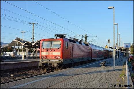 Am 11. Oktober 2015 wird 143 293-9 mit ihrer RB nach Halle von der Abendsonne in Luth. Wittenberg Hbf. ausgeleuchtet