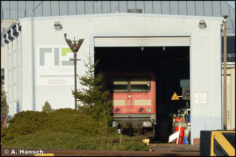 Am 7. November 2018 wird 143 802-7 in einem Lokzug von Karsdorf nach Chemnitz überführt. Hier wird am 17.12.2020 bei der RIS ihre Lauffähigkeit geprüft. Der Abtransport gen Schrottplatz steht bevor
