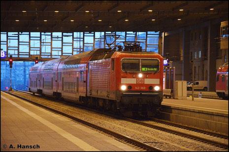 143 360-6 wartet mit RE3 nach Dresden am 28. Oktober 2015 in Chemnitz Hbf. auf Ausfahrt. Es ist der letzte Herbst der BR 143 in Chemnitz