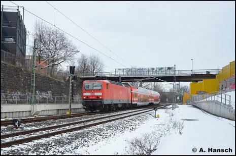 Der Winter 2015/2016 bot kaum Schnee. Am 16. Januar 2016 hatte es ein wenig geschneit, als 143 967-8 mit RB nach Dresden in Chemnitz Hbf. einfährt