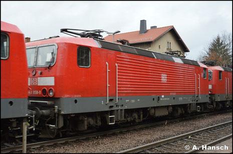 Am 19. November 2018 wird 143 858-9 in einem Lokzug von Karsdorf nach Chemnitz überführt. Hier ist sie in Wittgensdorf-Mitte zu sehen