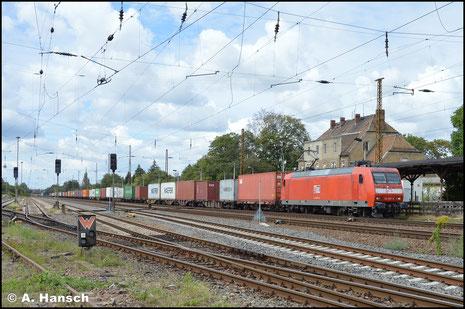 In Diensten der MEG zieht die Lok am 16. Mai 2020 vor 077 012-8 den Leerzementzug aus Regensburg durch den neu entstehenden Hp Chemnitz-Mitte