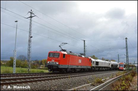 143 175-8 (MEG 609) hat am 27. Oktober 2017 Vorspann vor 077 012-8. Gemeinsam befördern die Loks den Leerzementzug aus Regensburg. Dank Umleitung konnte die Fuhre in Chemnitz-Furth dokumentiert werden