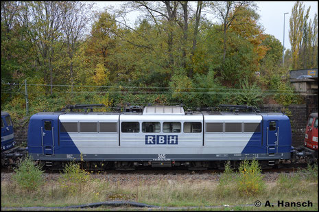 151 024-7 (RBH 265) erreicht am 23. Oktober 2018 in einem Lokzug Chemnitz, wo die Maschine abgestellt werden soll. In Chemnitz-Süd entstand die Seitenaufnahme
