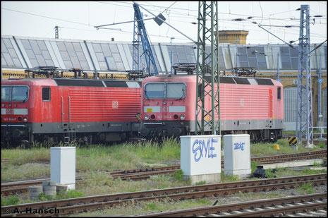143 944-7 (links) ist eine von zwei Heizloks am Hbf. in Leipzig. Am 11. Mai 2016 konnte ich die beiden Loks aus dem Zug heraus fotografieren