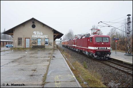 """Am 19. März 2017 ziehen 143 559-3 (Deltarail 243 559-2) und ihre Schwestermaschine 143 650-0 (Deltarail 243 650-9) zwei ausrangierte """"Ludmillas"""" als DbZ 92788 von Chemnitz nach Frankfurt /Oder. Von da gehen die Loks weiter nach Polen"""