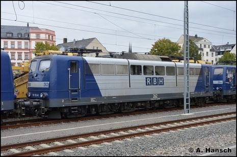 Die RBH stellt aktuell ihre Loks der BR 151 ab und ersetzt sie durch die BR 145. 151 152-6 (RBH 262) ist eine der Maschinen, die am 3. Oktober 2018 in Chemnitz Hbf. auf den Verschub ins Stillstandsmanagement warten