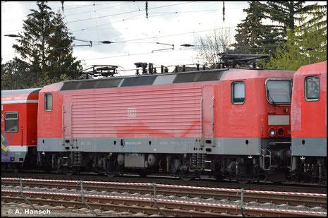 143 045-3 wird am 05. Mai 2021 als eine von 5 Loks ihrer BR von Nürnberg nach Leipzig-Engelsdorf transportiert. Die Lok wird dem Schneidbrenner zum Opfer fallen. Hier rollt der Schrottzug durch Leipzig-Wiederitzsch