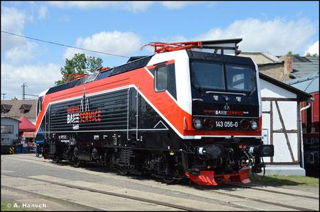 In völlig neuer Optik hat die Lok am 31. Juli 2021 Rollout im Bw Weimar. Sie gehört der Firma EBS und wird in deren Firmenfarben präsentiert
