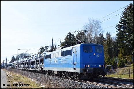 Auch die EGP besitzt Loks der BR 151. Eine davon, 151 118-7, rollt am 21. März 2018 mit Autozug durch Grüna gen Chemnitz