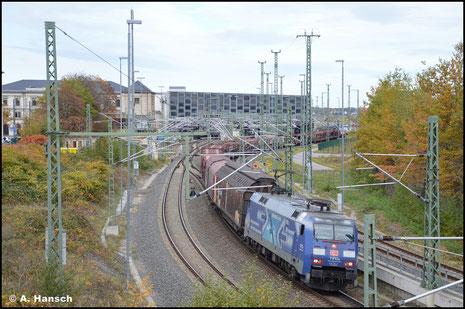 """152 134-3 gehört zu einigen Loks der BR 152, die im blauen """"Albatros""""-Design fahren. Am 27. Oktober 2020 verlässt die Lok mit Auto(teile)leerzug den Chemnitzer Hbf."""