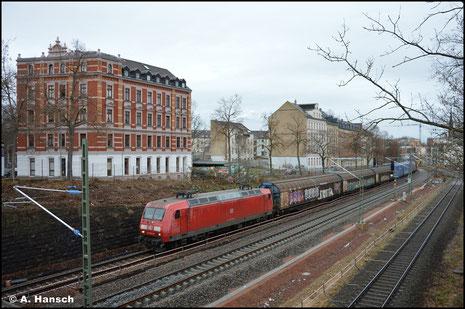 Wegen einer Umleitung zieht 145 062-6 ihren Autoteilezug am 03. Februar 2021 durch´s Chemnitzer Stadtgebiet gen Glauchau