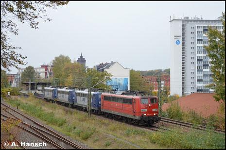 151 147-6 (RBH 275) führt am 23. Oktober 2018 einen Lokzug aus vier RBH-151ern an, die in Chemnitz abgestellt werden sollen. Hier durchfährt der Zug Chemnitz-Süd