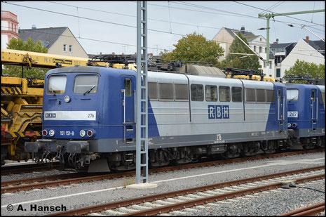 Die RBH stellt aktuell ihre Loks der BR 151 ab und ersetzt sie durch die BR 145. 151 151-8 (RBH 276) ist eine der Maschinen, die am 3. Oktober 2018 in Chemnitz Hbf. auf den Verschub ins Stillstandsmanagement warten