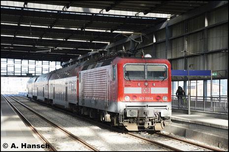Am 22. Dezember 2016 schiebt die Lok eine RB 30-Ersatzgarnitur durch Chemnitz Hbf. Grund des Zuges waren massive Ausfälle der BR 1440 der MRB. Auffällig sind die inzwischen üblichen Rechteckpuffer