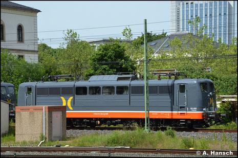 """Bei Hectorrail bekam die Lok neues Leben eingehaucht. Als 162.009 """"Fassbinder"""" ist sie für das Unternehmen unterwegs. Am 15. Juni 2021 steht die Lok und eine Schwestermaschine am Hbf. in Chemnitz"""