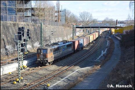 Wieder einen umgeleiteten Containerzug aus Hof brachte am 24. Februar 2018 die HSL-Werbelok 151 145-0 durch die Chemnitzer City, kurz vorm Hbf.