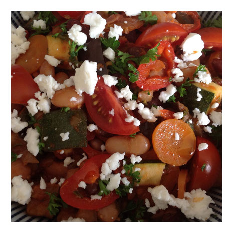Mediterrane bonenschotel met aubergine, courgette, wortel en tomaat.