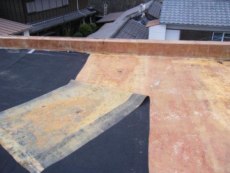 防水改修工事(施工中)既存のゴムシート撤去作業
