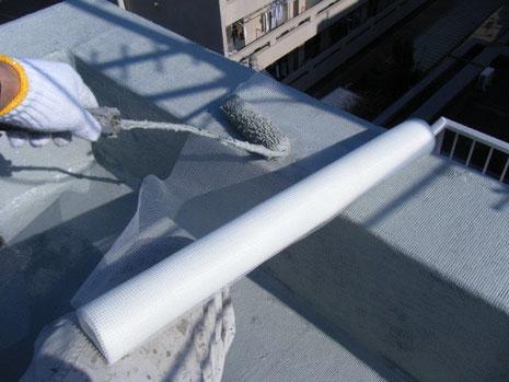 防水改修工事(施工中)ウレタンゴム系塗膜防水材・補強布 施工