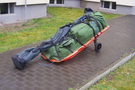 Die gesamte Ausrüstung auf der Pulka (hier ca. 50 kg) auf dem Weg zur Straßenbahn.