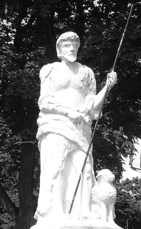Figura Św. Jana Chrzciciela przed kościołem w Żmijewie, 2015r.